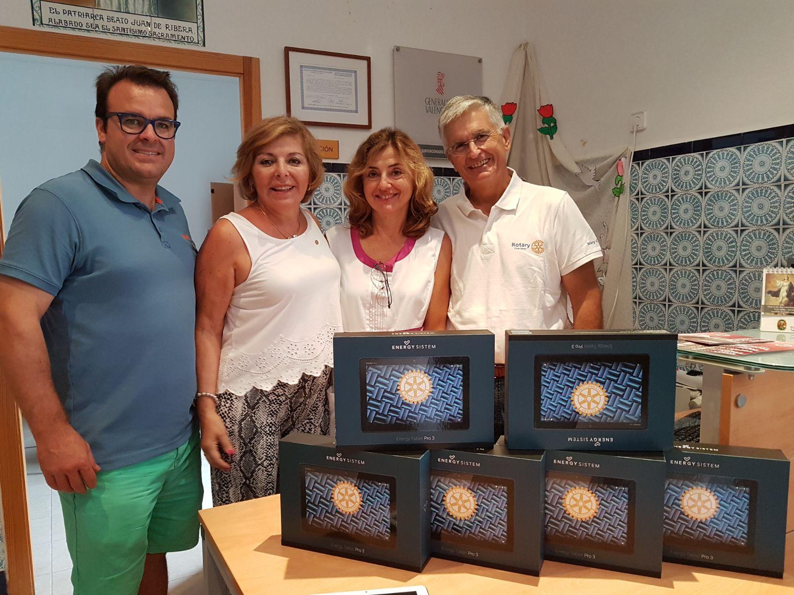 Rotary Jávea entrega tablets a residencia 3a edad.