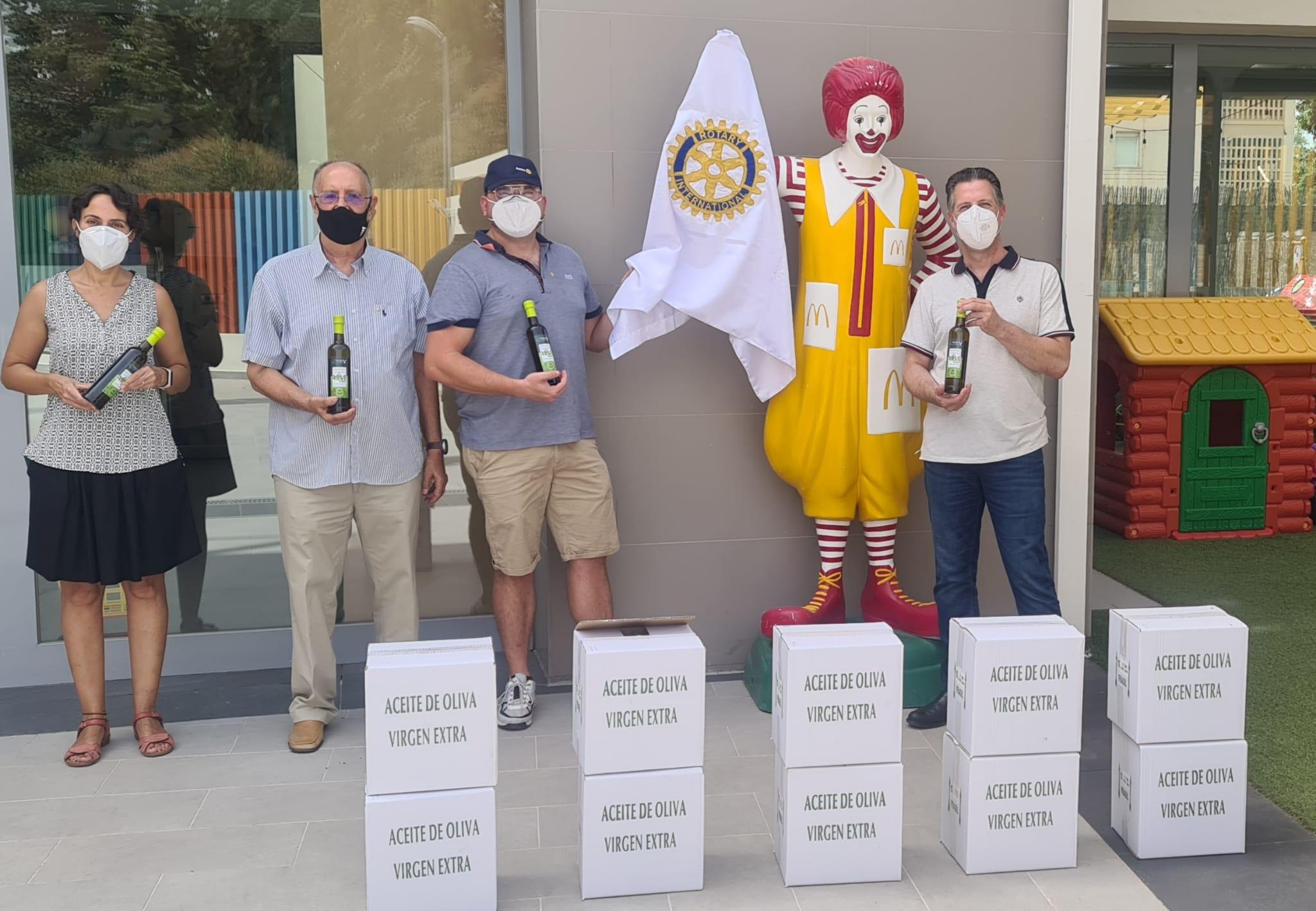 RC Benalmádena entrega aceite a la fundación Ronald McDonald